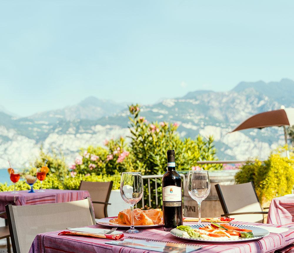 Hotel Antonella Malcesine - Home - Slider - pranzo con vista