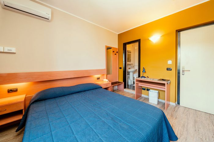 Hotel Antonella Malcesine - Camere - vista - monte - interno e bagno