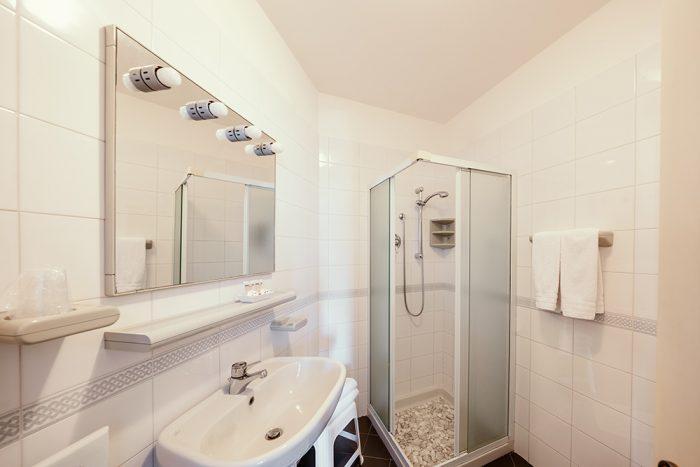 Hotel Antonella Malcesine - Camere - vista - monte - bagno